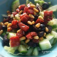 Salade met chorizo, olijven en pijnboompitjes